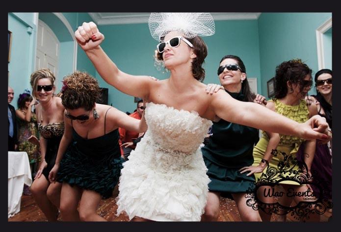 fiesta novias extranjeras bailando en Valencia